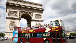 Un bus de touristes devant l'Arc de Triomphe à Paris (photo d'illustration).
