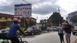 Campagne d'affichage des «gestes barrières» financée par les bailleurs internationaux. Des attitudes que la population tananarivienne, la plus sensibilisée au Covid-19 sur l'île, a encore du mal à adopter.