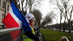 На фоне продолжающихся акций протеста Макрон хочет заверить инвесторов в том, что реформы не остановить. На фото: участницы движения «желтых жилетов» в Версале, 21 января 2019