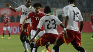 L'Egyptien Mohamed Salah au milieu des joueurs ghanéens.