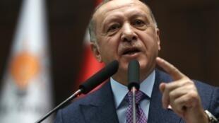 Le président turc Recep Tayyip Erdogan s'adressant aux législateurs de son parti à la Grande Assemblée nationale de Turquie (Parlement) à Ankara, le 19 février 2020.