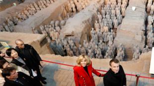 ប្រធានាធិបតីបារាំងលោក Emmanuel Macron និងភរិយា នៅក្រុង Xi'an ភាគកណ្តាលនៃប្រទេសចិន