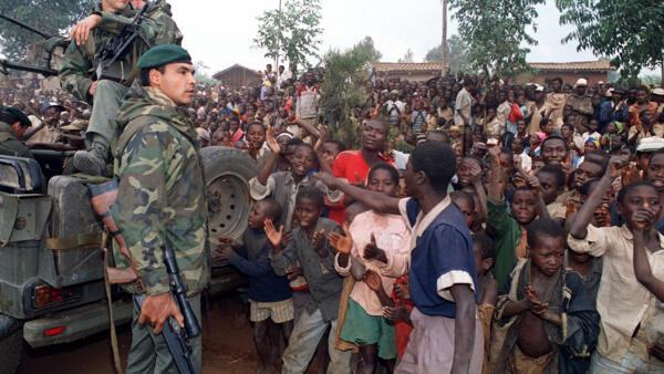 Soldados franceses chegam na cidade de Butare, em Ruanda, dez dias antes do início da operação Turquesa.