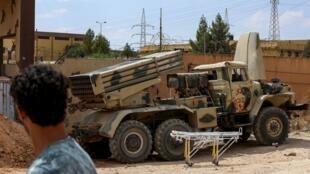 Photo prise le 28 juin 2019 montrant un camion équipé d'un lance-missiles trouvé par les forces du Gouvernement d'union libyen (GNA) après la prise de la ville de Gharyian, au sud de Tripoli.