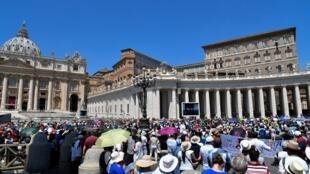 La place de Saint-Pierre pendant la prière de l'Angelus du dimanche 1er juillet 2018, au Vatican.