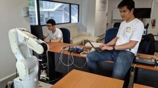 Hai kỹ sư Hiển và Hùng của Eureka Robotics.