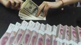 Một nhân viên Ngân hàng Công Thương Trung Quốc tại Hồ Bắc đang đếm tiền.