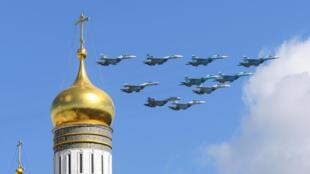 Chiến đấu cơ Nga trên bầu trời Mátxcơva ngày 04/05/2017. Công nghiệp vũ khí là một đầu tầu của kinh tế Nga.