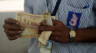 Một người lao động Ấn Độ phải đút lót 500 rupee để có được một việc làm. Ảnh minh họa.