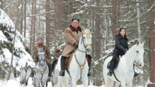Во время прошлого подъема Ким Чен Ына на гору единственное северокорейское агентство сообщило, что восхождение предвещает важные события в истории страны. Теперь снимки были опубликованы без подробных объяснений