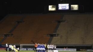As arquibancadas ficaram vazias no jogo entre o Corinthians e o Millionarios, em 27 de fevereiro de 2013.