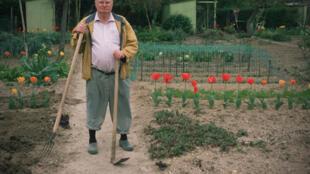 """Jardinagem e outros """"bicos"""" ajudam os aposentados franceses a pagar as despesas no fim do mês."""