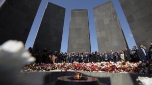 Em 24 de abril, armênios lembraram os 104 anos do genocídio armênio: entre 1,2 milhão e 1,5 milhão de armênios morreram na Primeira Guerra Mundial nas mãos de tropas do Império Otomano.