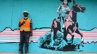 Un ouvrier en pause déjeuner devant une des nombreuses peintures murales qui colorent East Austin, quartier populaire, hispanique et noir de la ville, vivant et charmant, très riche en culture. Et en pleine gentrification.
