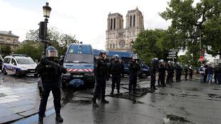 Полиция перед Собором Парижской Богоматери