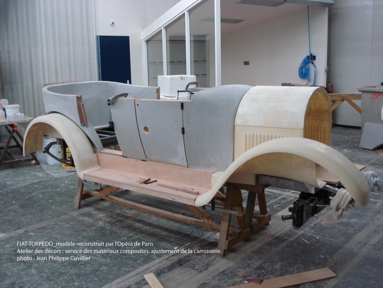Бутафорский автомобиль Fiat 1922 года должен был ездить по сцене со скоростью 10 км/ ч.