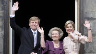Le nouveau monarque Guillaume-Alexandre avec sa mère, Beatrix (C) et sa femme, la reine Maxima, le 30 avril 2013 à Amsterdam.