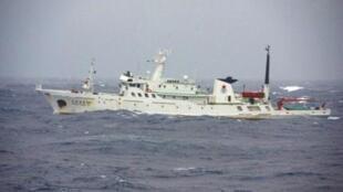这是日本巡逻艇1月27日拍摄的在东海游弋的中国渔政船