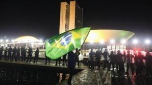 Protesto contra a nomeação do ex-presidente do Brasil Luiz Inácio Lula da Silva como ministro, em frente ao Congresso Nacional, em Brasília, Brasil, 16 de março de 2016.