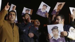 Родственники убитого пилота требуют расправиться над террористами