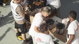 Distribution de nourriture aux réfugiés par les volontaires.