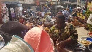 Un stand de maquillage sur le marché de Cotonou.
