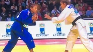 Larissa Pimenta (direita) conquistou medalha de bronze no Grand Slam de Paris neste sábado (8) ao vencer a compatriota Sarah Menezes.