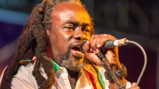 Ras Inno akiwa Jukwaani kutumbuiza katika moja ya Maonesho ya Muziki wa Reggae