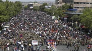 Armênios nas ruas de Erevan para pedir saída de primeiro-ministro que foi presidente por dez anos.