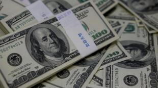 Des dollars. La monnaie américaine est en effet un instrument central, majeur, incontournable dans la vie économique de la planète.