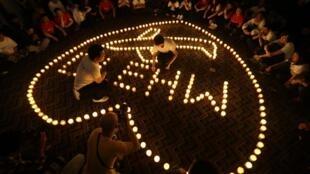 Cerca de 50 pessoas acenderam velas na noite desta segunda-feira (7) em Kuala Lumpur, na Malásia, para marcar o aniversário de um mês do desaparecimento do avião.