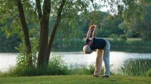 Le yoga est un sport accessible aux seniors.