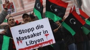 Protesto contra o ditador líbio na Alemanha pede o fim dos massacres contra civis na Líbia.
