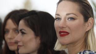 A atriz francesa Marion Cotillard (à direita) está entre as 82 mulheres que farão a manifestação neste sábado em Cannes.