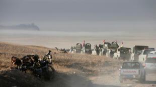 Les troupes des peshmergas kurdes font route vers Mossoul le 17 octobre 2016.