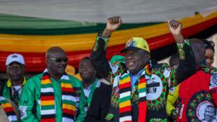 Rais wa Zimbabwe, Emmerson Mnangagwa wakati akihutubia mkutano wa hadhara mjini Bulawayo, 23.06.2018