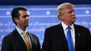 El presidente de Estados Unidos, Donald Trump (d.), junto a su hijo Donald Trump Jr. el 26 de septiembre de 2016 en Hempstead, Nueva York, Estados Unidos