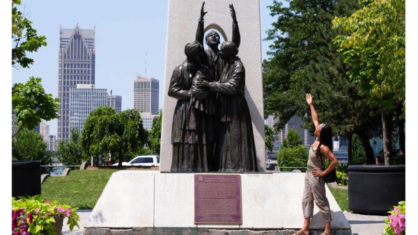 Leslie Mc Curdy, artiste canadienne, devant le mémorial du chemin de fer clandestin de Windsor en Ontario. Sur ce monument, on retrouve les grands noms de ce réseau abolitionniste, dont l'ancêtre de Leslie, esclave fugitif qui a rejoint le Canada en 1842.