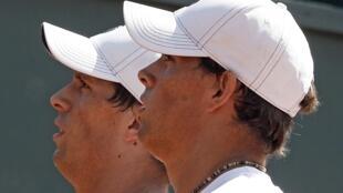 Os irmãos gêmeos Bob e Mike Bryan durante o jogo contra a França no sábado (7).