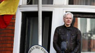 Nhà sáng lập Wikileaks, ông Julian Assange, nói chuyện với công chúng từ ban công của đại sứ quán Ecuador, Luân Đôn, ngày 19/05/2017.