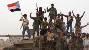 Separatistas num tanque durante confrontos com forças governamentais em Aden no Iémen