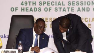 Crise política na Guiné Bissau dominou a cimeira CEDEAO, de 4 de junho em Dacar, no Senegal, tendo aqui na foto o presidente da sua comissão, Marcel Alain de Souza, com o chefe de estado senegalês, Macky Sall