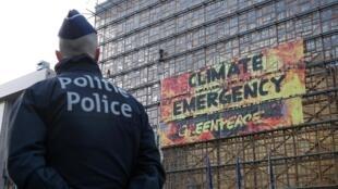 សកម្មជនអង្គការ Greenpeace ដាក់បដារន្ធាន់ប្រាប់អឺរ៉ុបអំពីភាពបន្ទាន់នៃបញ្ហាអាកាសធាតុ នៅលើជញ្ជាំងអាគារក្រុមប្រឹក្សាអឺរ៉ុប។ ក្រុងព្រុចសែល ថ្ងៃទី១២ ធ្នូ ២០១៩