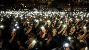 Người dân Hồng Kông biểu tình vì dân chủ. Trang bìa của Báo cáo Thế giới 2020 về nhân quyền của Human Rights Watch.