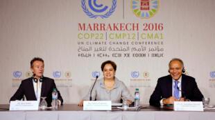 A secretária executiva da Convenção das Nações Unidas Sobre as Mudanças Climáticas, Patricia Espinosa (centro), ao lado do ministro das Relações Exteriores do Marrocos e presidente da COP22, Salaheddine Mezouar (à direita), em Marrakesh, neste domingo (6).