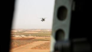 Helicóptero de ataque russo a sobrevoar a região de Deir Ezzor, na Síria. 15 de Setembro de 2017.