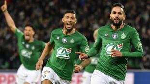 À droite, le footballeur Ryad Boudebouz (Saint-Étienne) après son but contre Rennes, le 5 mars 2020.