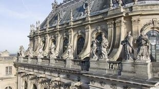 Some of the restoration work that has already taken place on the Royal Chapel in Chateau de Versailles