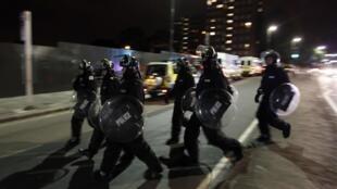 Policiais patrulham nas ruas de Eltham, no sul de Londres.