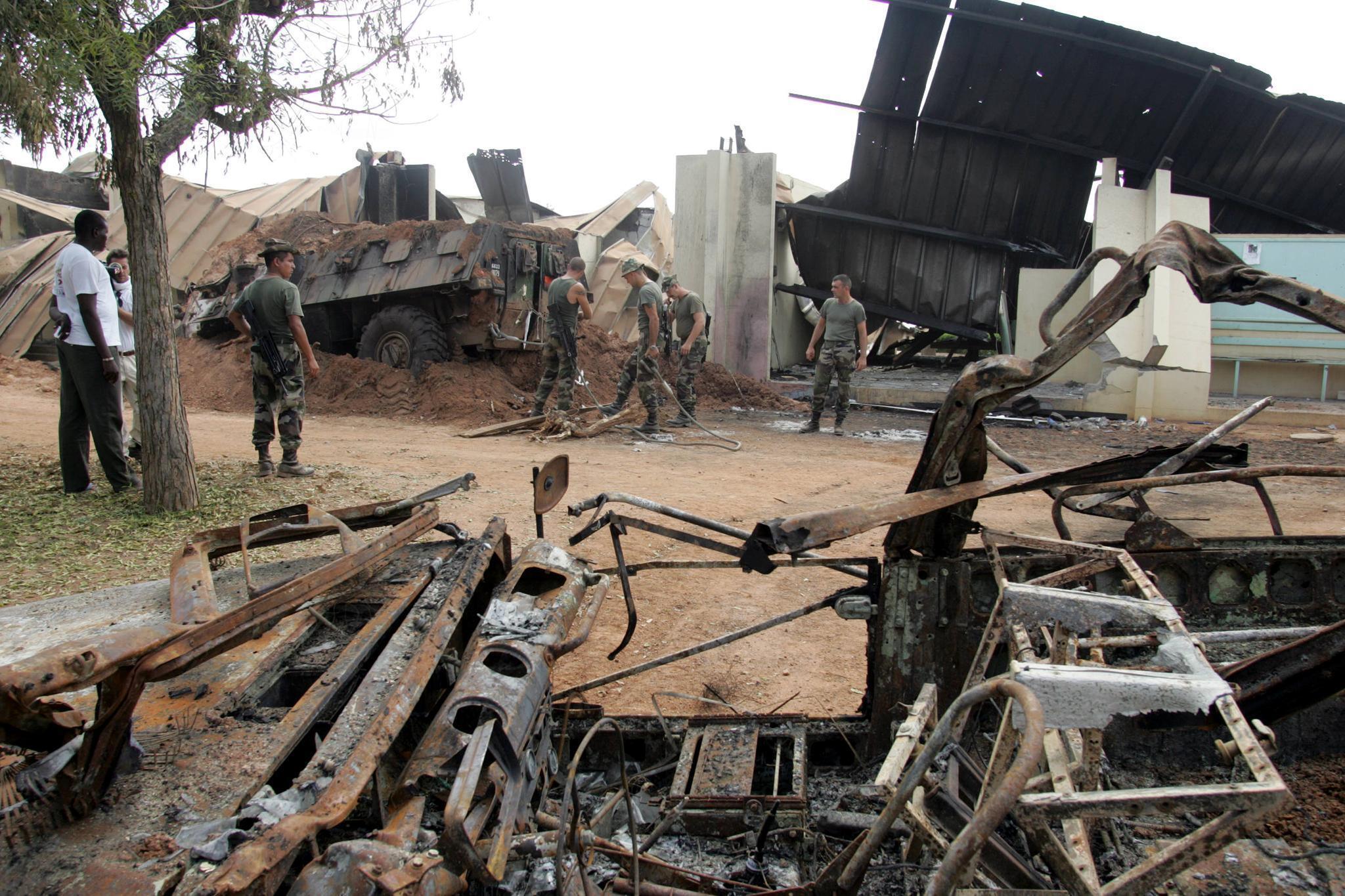 Французская военная база в Буаке после бомбардировки 4 ноября 2004 года
